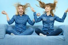 Tv? lyckliga chockade kvinnor med windblown h?r fotografering för bildbyråer