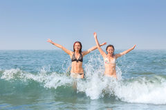 Två lyckliga kvinnor i havet Arkivfoto