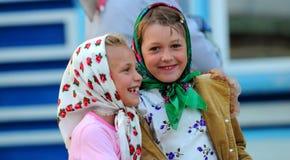 Två lyckliga le flickor Royaltyfri Fotografi
