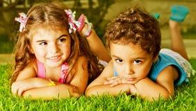 Två lyckliga ungar Arkivfoton