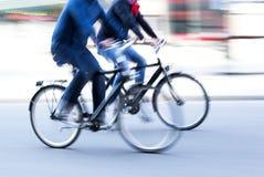Två manliga cyklister Arkivfoto
