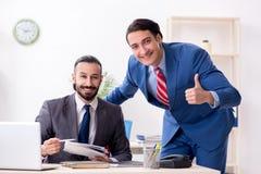 Tv? manliga kollegor i kontoret royaltyfria bilder