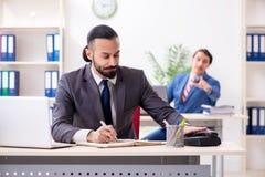 Tv? manliga kollegor i kontoret royaltyfria foton