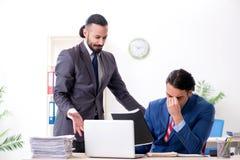 Tv? manliga kollegor i kontoret arkivfoto