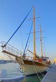 Två-masted seglingskepp som ankras i hamnen Royaltyfri Foto