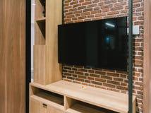 TV med den tomma skärmen och hyllakabinettet på natten, inredesign arkivfoton