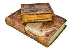 Två medeltida antikvitetböcker som isoleras på vit Arkivfoton