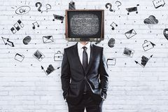 TV-mens op baksteenachtergrond met schets royalty-vrije stock foto's