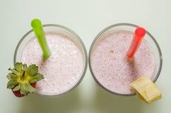 Tv? milkshakar med bananen och jordgubben arkivbild