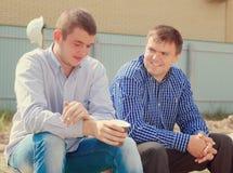 Två män som tar ett avbrott för kaffe Arkivfoton