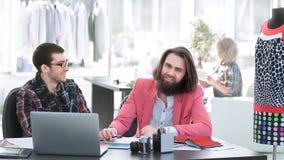 Tv? modeformgivare som diskuterar designer av de nya modellerna arkivfoton