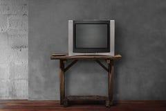 TV obsoleta su vecchio di legno in salone vuoto immagine stock libera da diritti
