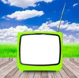 TV in openlucht op houten met blauwe hemel Royalty-vrije Stock Foto's