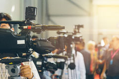 TV operatorzy instalują kamera wideo dla strzelać Fotografia Royalty Free