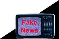TV på vit- och svartbakgrundsstörning och inskriften fejkar nyheterna royaltyfri fotografi