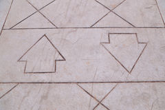 Två pilar i motsatta riktningar på vandringsledet Royaltyfria Bilder