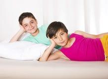 Två pojkar i säng Arkivbild