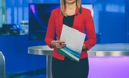 TV-presentator die voorbereidingen treffen te leven het stromen video stock foto's