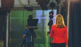 TV-presentator die voorbereidingen treffen te leven het stromen video stock foto