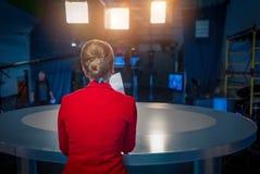 TV-presentator die voorbereidingen treffen te leven video stock foto