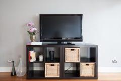 TV pusty ekran na bufecie w żywym pokoju obraz stock
