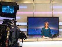 TV reporter przy wiadomości biurkiem Obraz Royalty Free