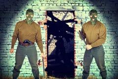 Två revolverman bredvid tegelstenväggen Royaltyfria Bilder