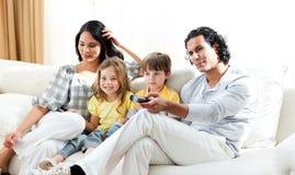 tv rodzinny uśmiechnięty dopatrywanie zdjęcie royalty free