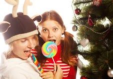 Två roliga flickor med lolly-POP. Arkivfoton
