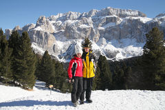 Två skidåkare i vinterskog Arkivfoton