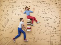 Två skolbarn som lär Arkivbilder