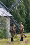 Två sovjetiska soldater av det andra världskriget nära väderkvarnen Arkivbilder