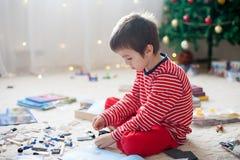 Två söta pojkar, öppnande gåvor på juldag Arkivbild