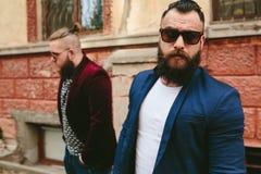 Två stilfulla skäggiga män Arkivbild