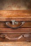 Två stängda resväskor för antikvitet Arkivfoto