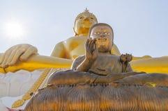 Två stora statyer av Buddha på Wat Hua Ta Luk, Nakorn Sawan som är thailändsk Royaltyfria Bilder