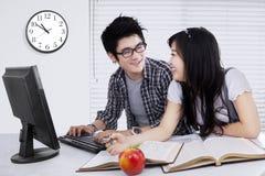 Två studenter som tillsammans talar och studerar Arkivbilder