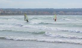 Två surfare på blåsiga Playa de Palma Arkivfoton