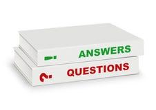 Två täckte böcker uttrycker frågan och svaret som isoleras på vitwi Arkivfoto