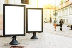 Två tomma advertizingaffischtavlor på stadsgatan Arkivbild