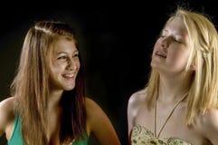 Två tonåriga flickor - bästa vänför evigt! Arkivbild