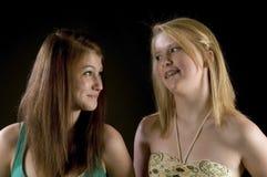 Två tonåriga flickor - bästa vänför evigt! Fotografering för Bildbyråer
