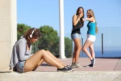 Två tonåriga flickor som trakasserar ett annat Royaltyfria Bilder