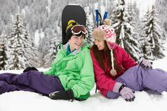 Två tonåringar skidar på ferie i berg Arkivbilder