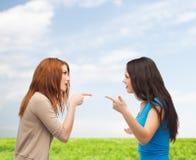 Två tonåringar som har en kamp Arkivfoton