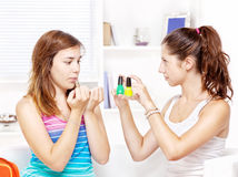 Två tonårs- flickor som polerar fingernails Royaltyfri Foto
