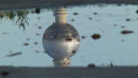 TV-Torenbezinning in een Vulklei van Water stock footage