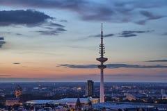 TV-tour de Hambourg sur le coucher du soleil Photographie stock