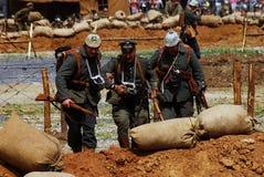 Två tyska soldater och en rysk soldat går på stridfältet Fotografering för Bildbyråer