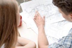 Två unga arkitekturer som arbetar på projective Arkivfoto